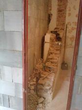 stara stena prec (najskor sme vymurovali nove priecky aby podoprely strop)