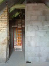 pohlad zo spalne (tam kde je rebrik budu schody na povalu a nalavo od komina po dvere vstavana skrina
