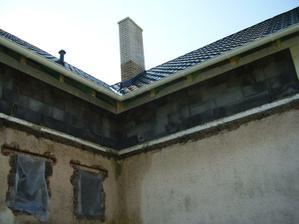 strecha hotova-od zadneho dvora kominik na odvetranie odpadu a komin