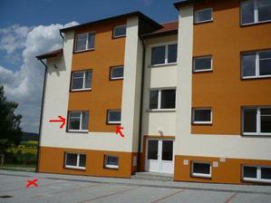 """okna do ložnice a koupelny   parkovací stání, další část bytu je """"za rohem"""" :o)"""