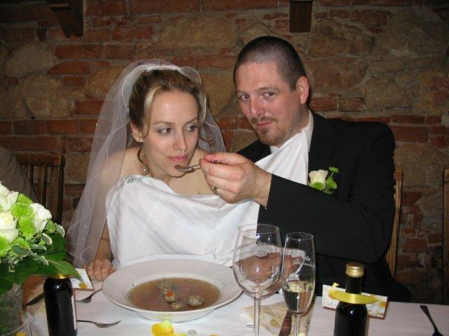 Radka{{_AND_}}Jan - ham.. / feeding each other using one big plate (tradition)