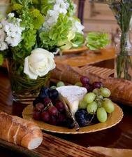 ...vynikajúce francúzske pečivo, syry a hrozno...