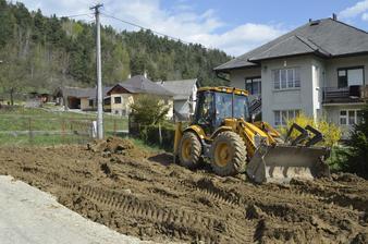 Predná časť pozemku - vykopanie jamy pre prípojky k domu