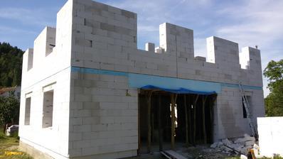 náš hrad s cimburím :D - dole zľava veľké terasové okno do obývačky a jedálne, kuchyňa, hore detské izby a spálňa