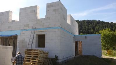 JV - horné okná napravo patria spálni, dole dvere do kotolne