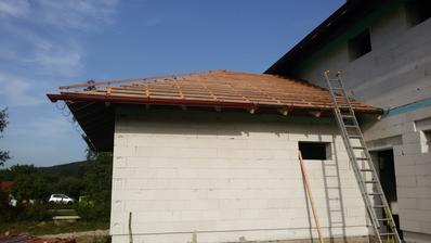 Laťovanie hotové aj na garážovej streche