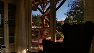 Za oknom slnko, ale už dosť chladno, užívam si tieto tiché dni, keď sú všetci v škole a v práci. Keď mám zrazu na všetko viac času, viac času na premýšľanie, viac času na vyčistenie hlavy