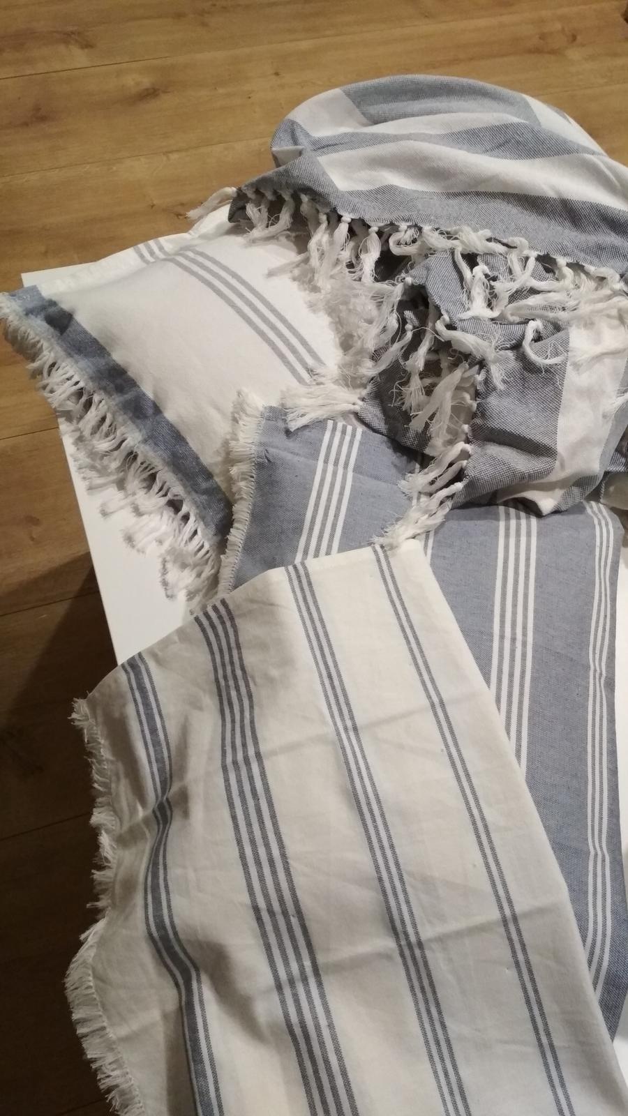 Spálňa - zmena - Dve utierky dva uteráky a jedna deka. Z utierok a uterákov som ušila obliečky na vankúše. Už nech je to drevo na stene a môžem to navliecť. K tej tapete to teraz nejde