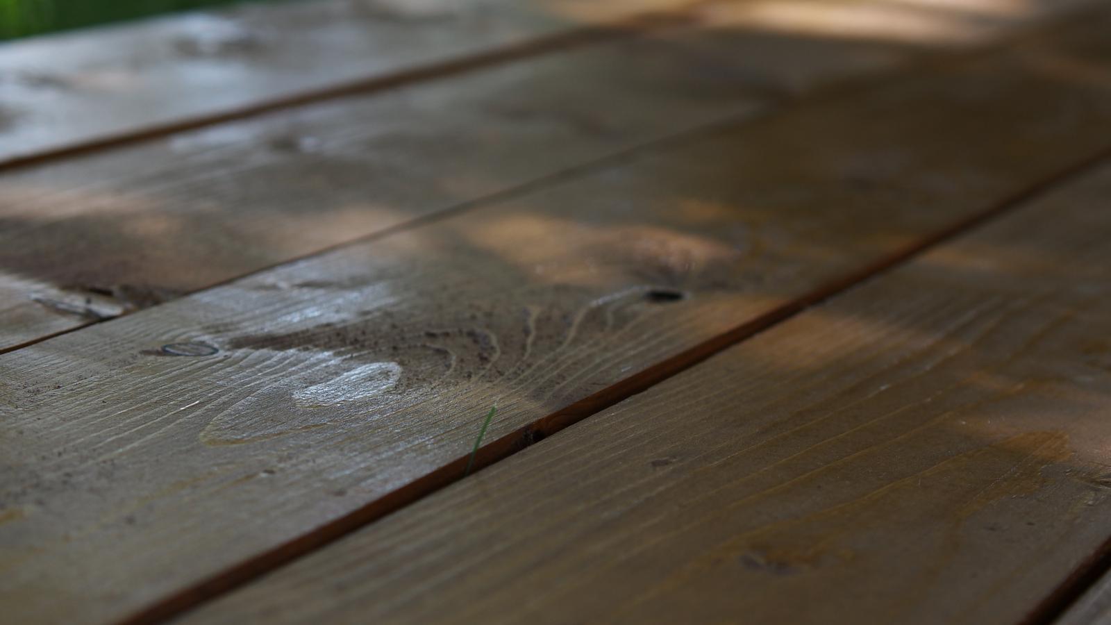 Spálňa - zmena - Drevo 2 x namorené, 1x nalakované, teraz prebrúsiť a ešte lak. A hotovo