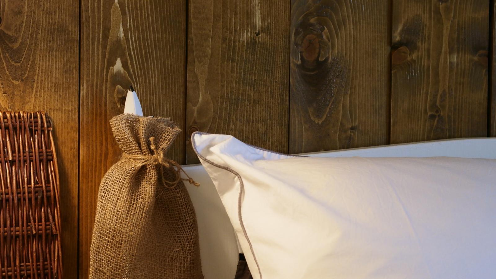 Spálňa - zmena - Malá ochutnávka, priložila som k stene drevo.
