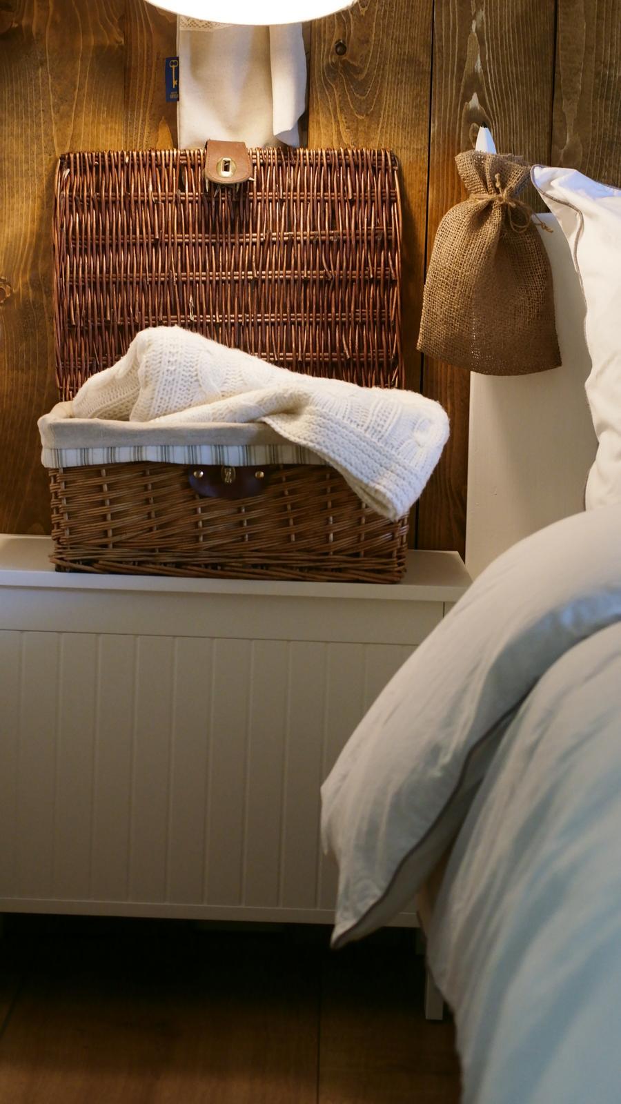 Spálňa - zmena - Asi budem sedieť oproti a čumeť na tú stenu. Je to len drevo, ale už týchto pár dosiek je úplne dokonalé