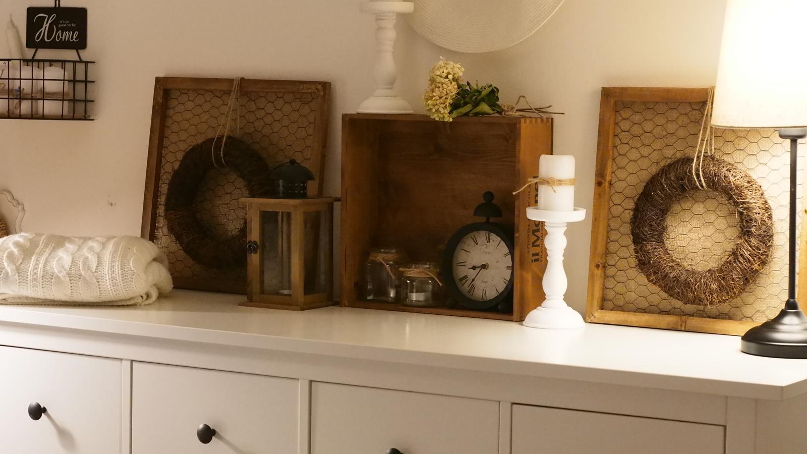Spálňa - zmena - Okienka dávam inde, dekorácie pôjdu na stenu. Obrázky som vyrábala.