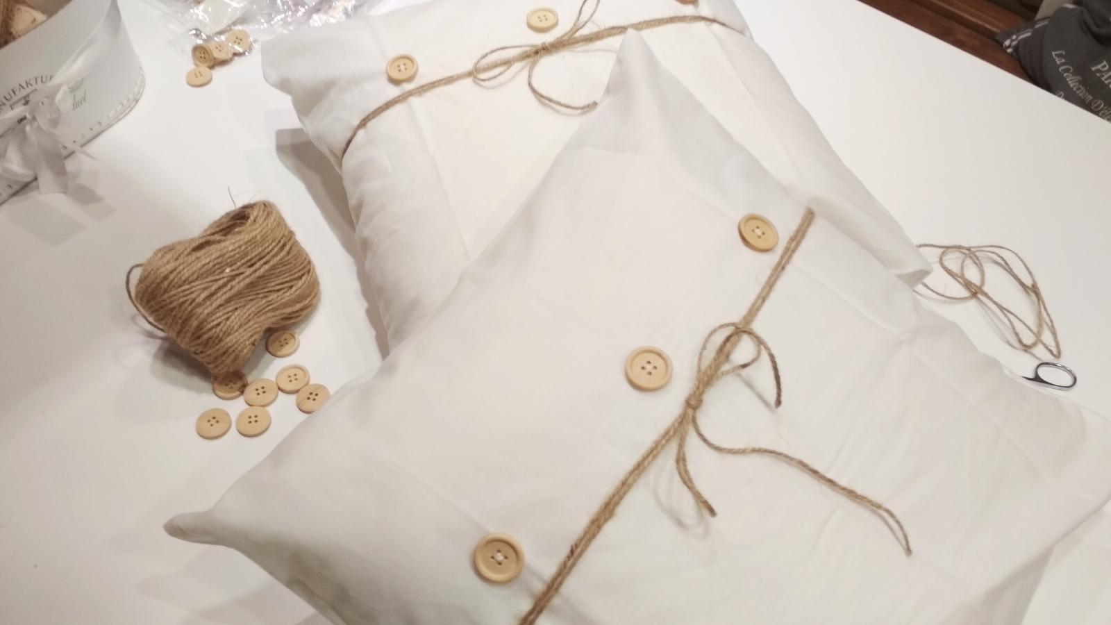 Spálňa - zmena - Z obyčajného bieleho vankúša.