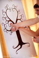 a strom s odtlačkami prstov na maliarskom stojane...