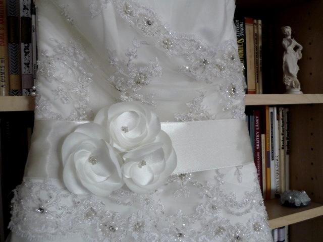 Ty jsou svatební! :o) - vŕšok ja jemne vyšívaný a krásne kontrastuje s čistou tylovou sukňou... plus, handmade opasok s jemnými kvietkami okolo pásu...