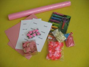 potřby pro výrobu jmenovek na sv. stůl, vlizelín, balónky, lístky růží