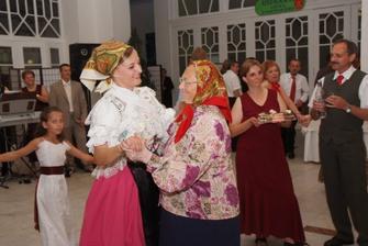 Jak se tu sicke raduju, ked mlada s babku tancuju....