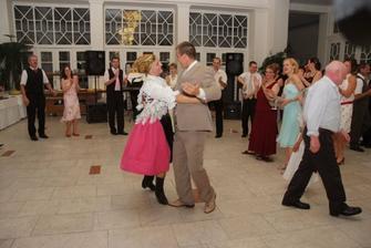 A mlady s mladu tancuje...