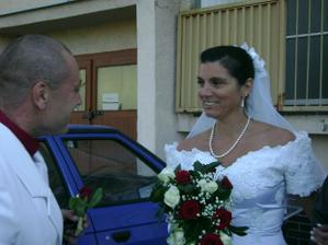 předání svatební kytice