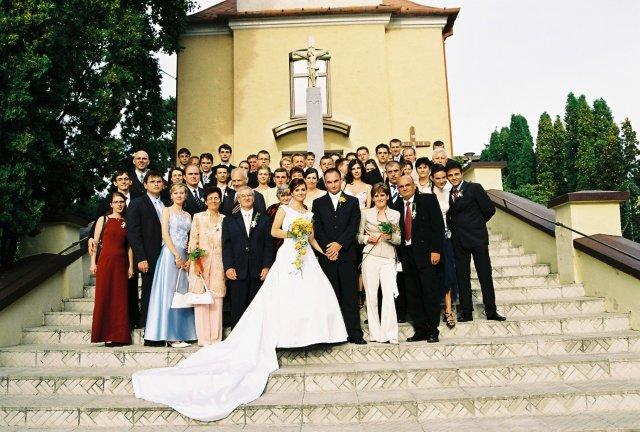 katka{{_AND_}}Peťko - všetci svadobný hostia pred kostolom