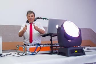 DJ Little John :) Janko je profík vo svojom obore,vie perfektne zabaviť svadobných hostí