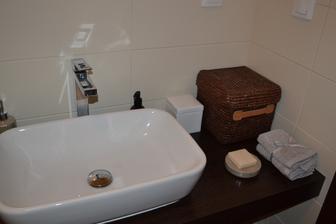 Kúpeľňa - doplnky okrem košíka sú kupované v ZARA home, umývadlo, doska a batéria v SIKO