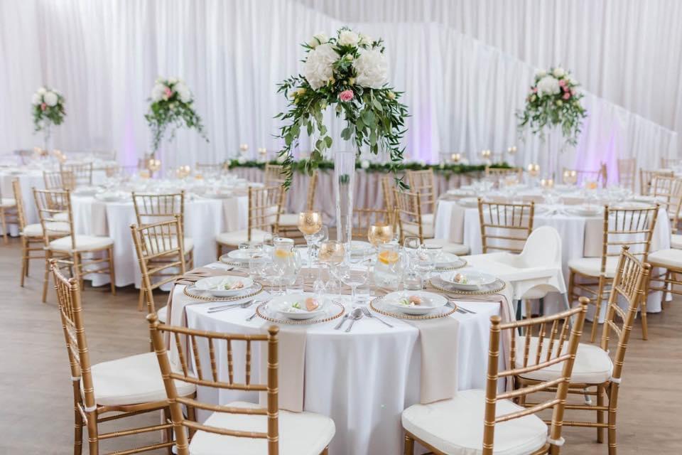 Svadobná výzdoba Nové Mesto Nad Váhom - Svadobná výzdoba Nové Mesto Nad Váhom, zlaté stoličky, okrúhle stoly