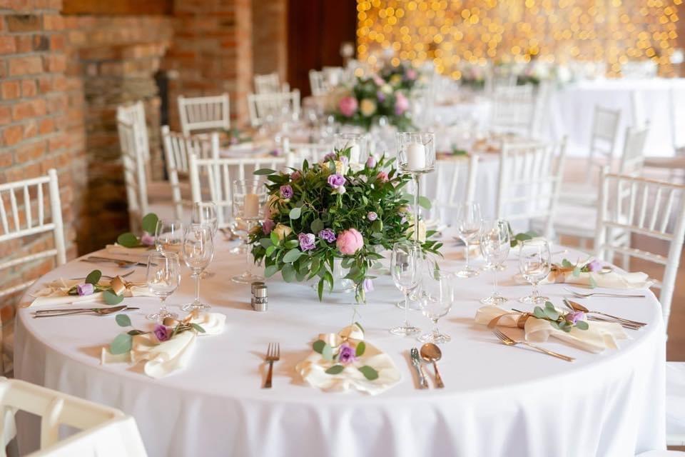 Svadobná výzdoba Neco Winery - Svadobná výzdoba Neco Winery Modra, látkový obrúsok, greenery výzdoba