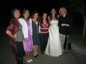 Nevěsta s kamarádkami na večerní party o:)