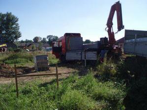 Kamion co nám přivezl ztracené bednění na základy