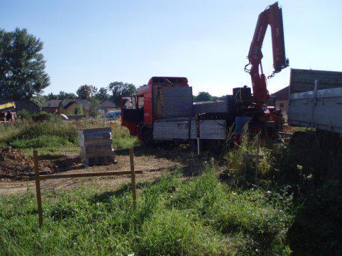Tak stavíme!!! - Kamion co nám přivezl ztracené bednění na základy