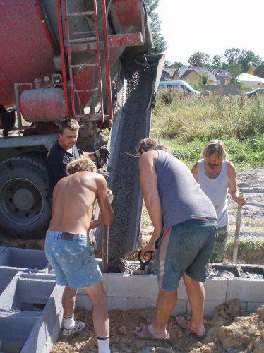 Tak stavíme!!! - Vylévání ztraceného bednění betonem