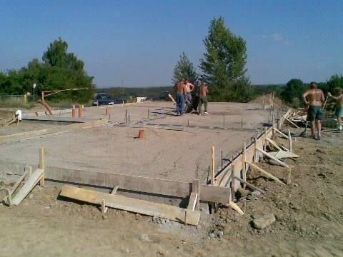 Tak stavíme!!! - 27.8.08 zabudovali kanalizaci, zhutnili materiál a dali kari sítě