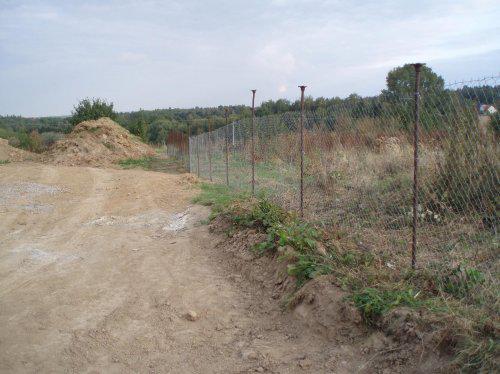 Tak stavíme!!! - Stavěli jsme provizorní plot