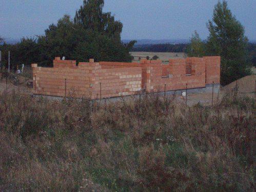 """Tak stavíme!!! - Pohled na celý """"domeček"""" s plotem :-)"""