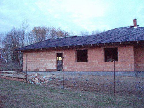 Tak stavíme II - Pokryto - jen zbývá dát hřebenáče. Hotovy háky na okapy. 11.11.08