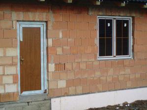 Dveře do garáže a okno do dětského pokoje