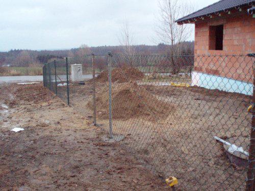 Tak stavíme II - Máme oplocený pozemek! Jen vsadit vrátka...