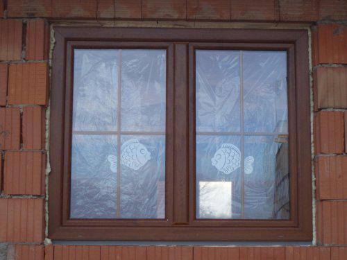 Tak stavíme II - To jsem si nemohla nechat ujít :-) chlapi dělali rozvody vody a el. a já zdobila okna :-)