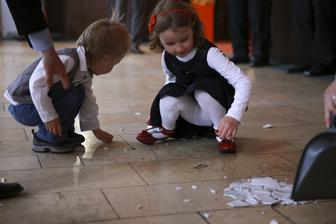 deti pomáhajú zametať :-)