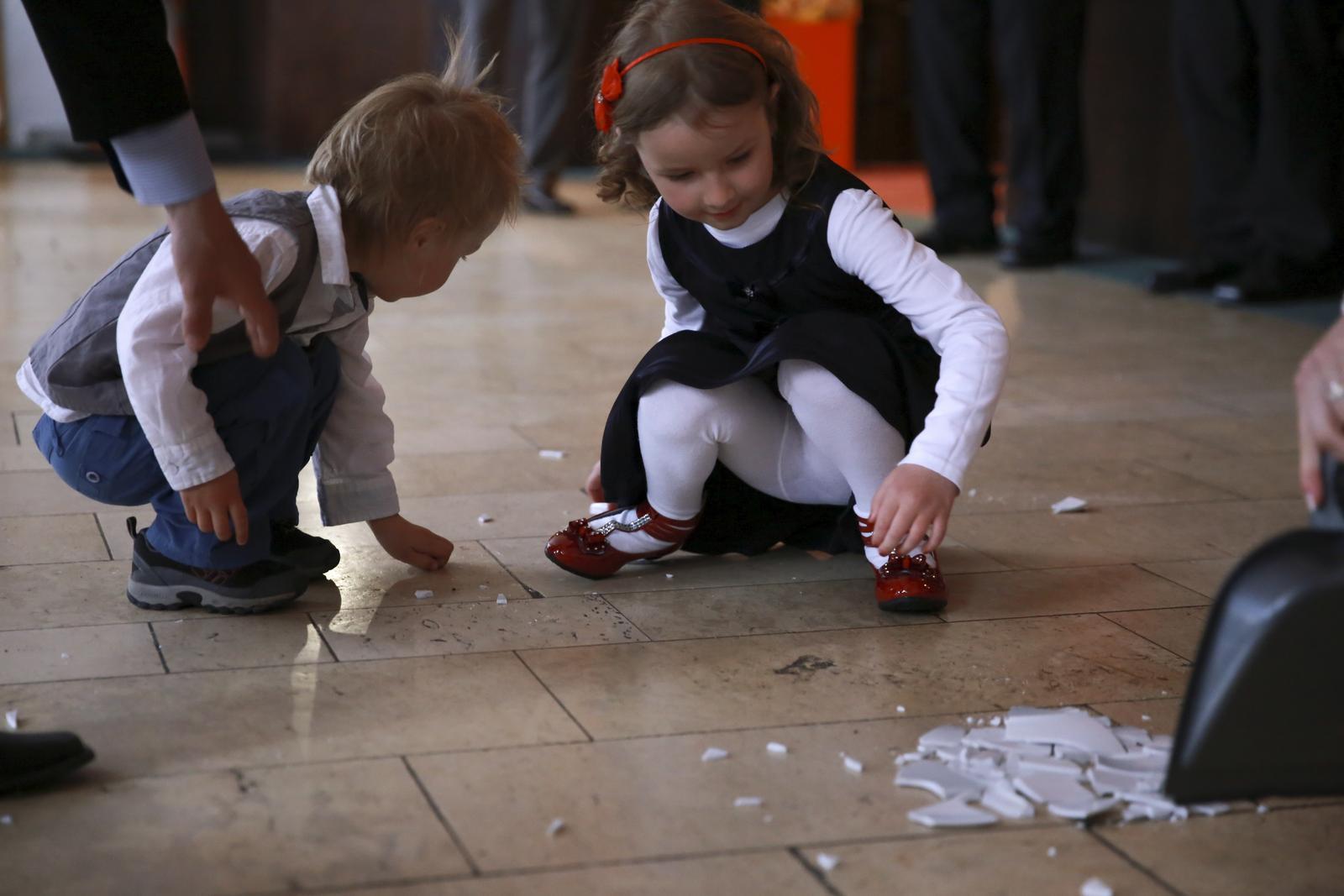 Elena{{_AND_}}Ondrej - deti pomáhajú zametať :-)
