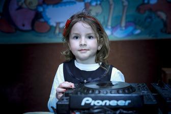 Alicka asistovala DJovi