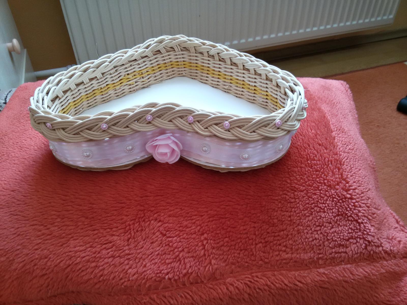 Čo už máme:) - práve dokončený košíček na pierka :)