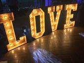 Love svietiace písmená,