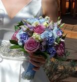 Svatební kulatá kytice z růží, eustom, hyacintů, mattioli, hortenzie.