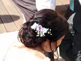 Živé květy do vlasů.