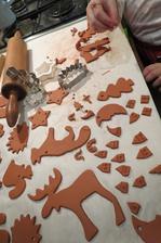 a večer sa u nás vykrajovalo - nie sú to vianočné perníčky, ale ozdobky na stromček a drobnostičky do orieškov - navyše sa zabavili aj deti :):