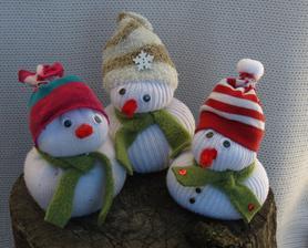 dnešné popoludnajšie tvorenie s deťmi - snehuliačikovia z ponožiek - odporúčam, je to veľmi jednoduché a deti sa z nich veľmi tešiliii:
