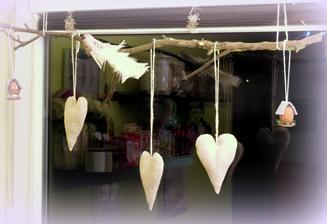 ...moj pokus o dekoráciu na konáriku na okne u nás.