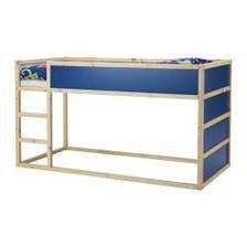 Původně tohle měla být realita, je dostupná i cenově - postel z IKEA. Ale teď nevím, nejsem si jistá těmy schody a dole tím rámem, aby se o něj věčně nepřerážela.